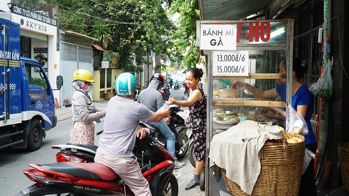 Xe bánh mì nổi tiếng hơn 80 năm ở Sài Gòn