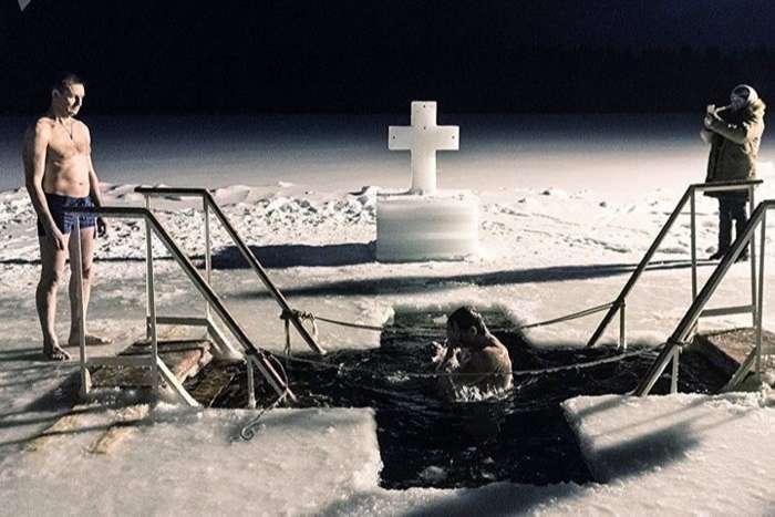 Độc đáo nghi lễ tắm lạnh giữa thời tiết âm độ ở Nga
