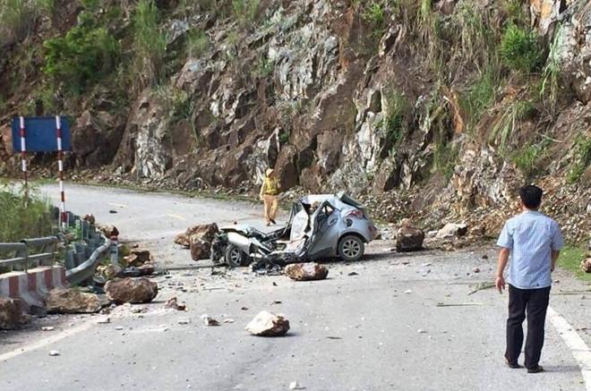 Tài xế tử vong tại chỗ sau khi tảng đá lớn rơi trúng xe