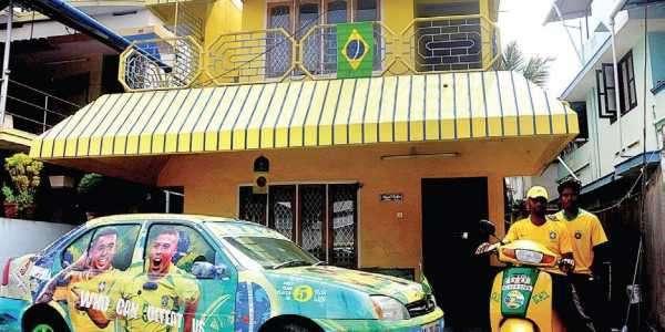 Fan cuồng World Cup mua sơn về bôi vàng kín cả nhà và xe