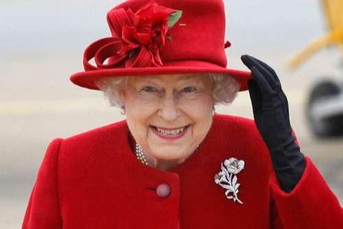 Bị đau khó gượng dậy, Nữ hoàng Anh vẫn từ chối phẫu thuật đầu gối