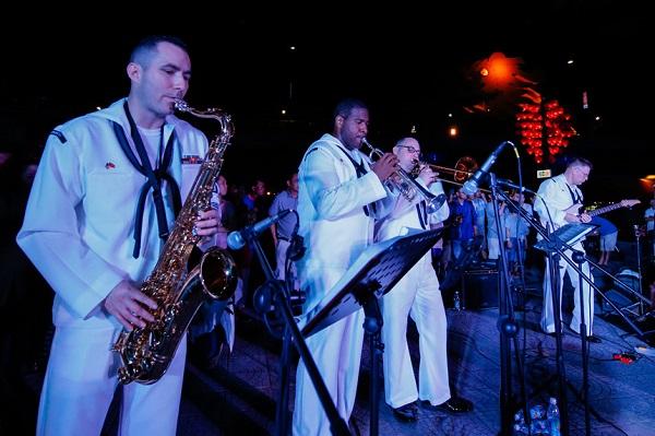 Ban nhạc Hạm đội 7 Hải quân Hoa Kỳ biểu diễn ở công viên bờ đông cầu Rồng Đà Nẵng