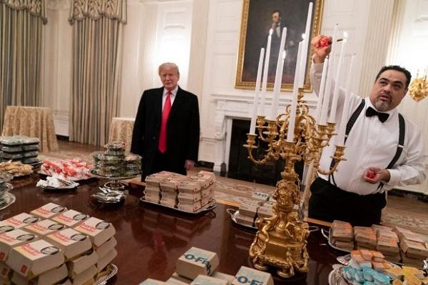 Donald Trump đích thân mời khách đồ ăn nhanh vì chính phủ đóng cửa