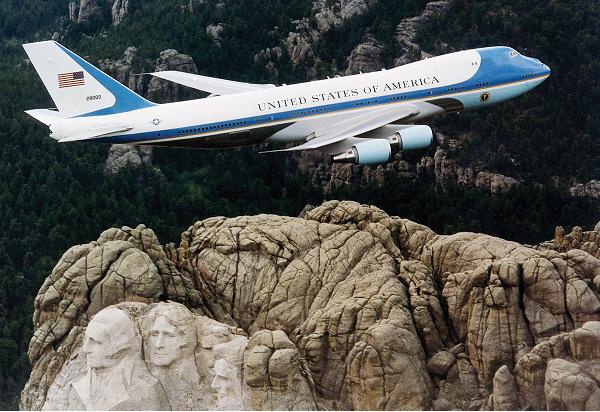 Vì sao chuyên cơ 'Air Force One' của Trump có màu xanh?