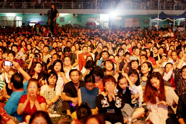 2 vạn khán giả cùng Bằng Kiều, Trần Mạnh Tuấn, Quang Dũng hát trong đêm nhạc nhớ  NS Trịnh Công Sơn