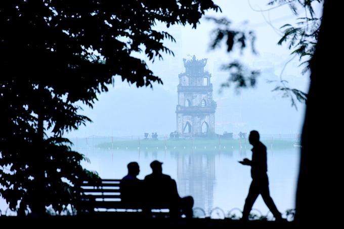 Sáng nay, phố xá Hà Nội chìm trong sương mù