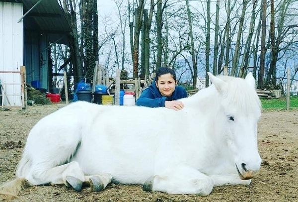 Cô gái và bạn trai đi từ Pháp đến Việt Nam trên lưng ngựa
