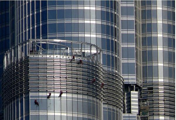 Thợ lau kính sống sót sau khi rơi từ tầng 47 nhà chọc trời ở New York