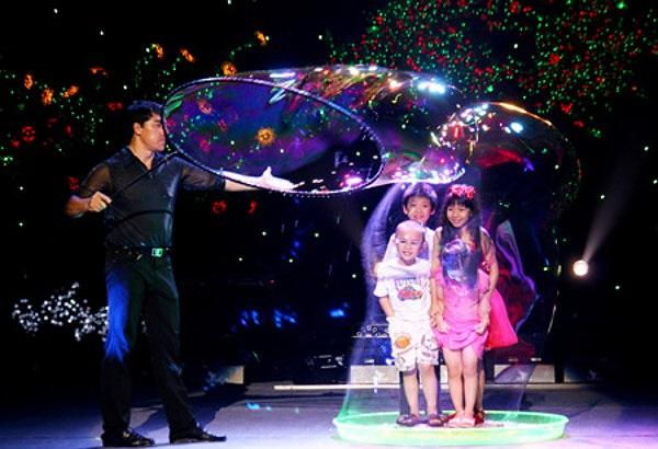 Fan Yang - 'Phù thủy' bong bóng gốc Việt trở lại Việt Nam