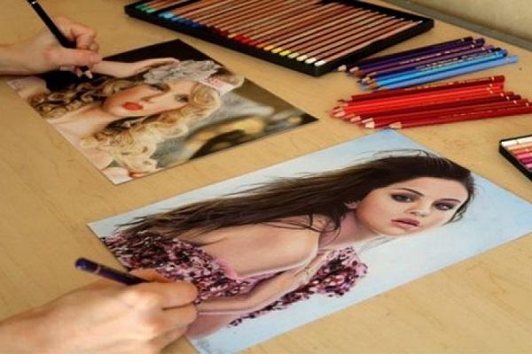 Khó tin họa sĩ dùng 2 tay vẽ 2 bức tranh cùng một lúc giống y người thật