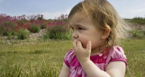 Trẻ cắn cụt cả móng tay, làm gì để khắc phục?