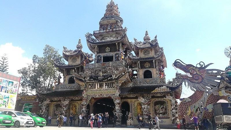 Cận cảnh ngôi chùa 've chai' giữ nhiều kỷ lục ở Đà Lạt