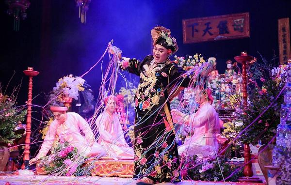 Diễn hầu đồng, Xuân Hinh được người hâm mộ vây quanh
