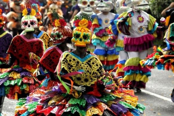 Lễ hội người chết ở Mexico có giống lễ hội Halloween của phương Tây?