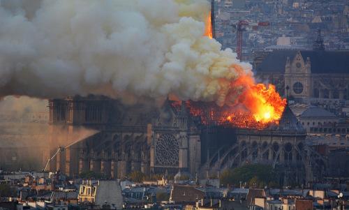 Nhà thờ Đức Bà Paris bốc cháy, chìm trong biển lửa