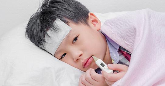 Sai lầm nhiều cha mẹ mắc phải khi con sốt