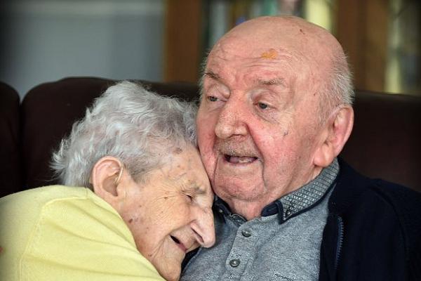 Mẹ già gần 100 tuổi vẫn muốn chăm sóc con trai