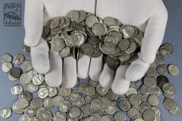 Tìm thấy kho tiền xu cổ gần 2000 năm tuổi