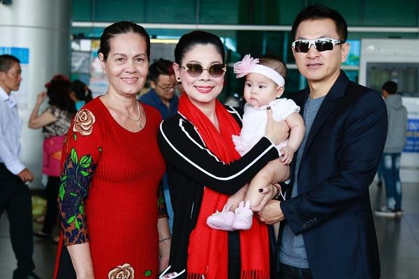 Ca sĩ Thanh Thảo đưa con về Việt Nam ăn Tết