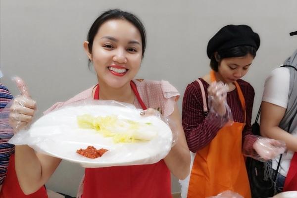 Amy Lê Anh học làm kim chi tại Hàn Quốc