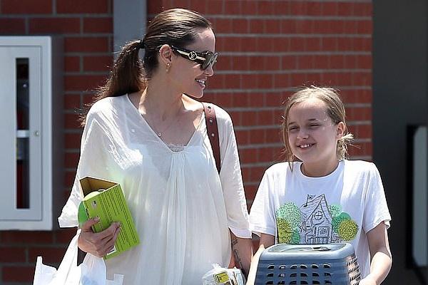 Angelina Jolie đưa con gái út đi mua thỏ