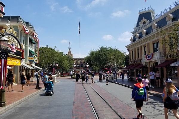 Công viên Disneyland vắng tanh như 'thị trấn ma'