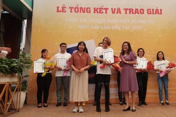 Nhà văn Nguyễn Ngọc Tư trao giải 'Một nửa làm đầy thế giới'