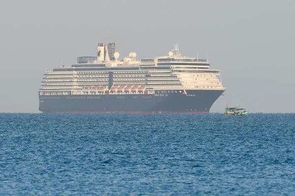 "Du thuyền bị ""hắt hủi"" cập cảng Sihanoukville, dân Campuchia lo lắng"