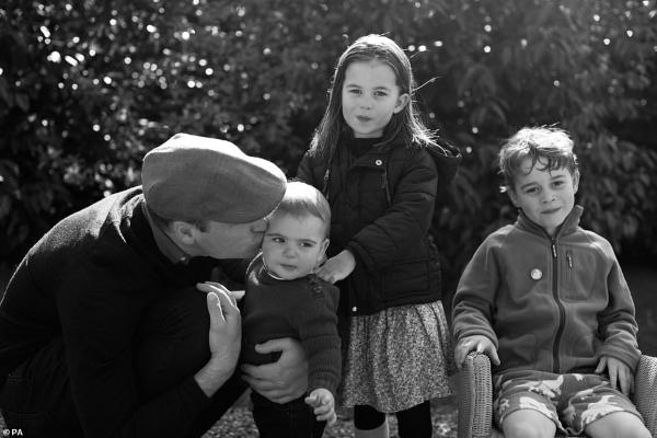 Hoàng gia Anh gửi thiệp mừng Giáng sinh bằng ảnh gia đình