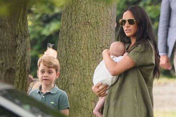Hoàng tử George không gặp em bé hoàng gia trong 2 tháng