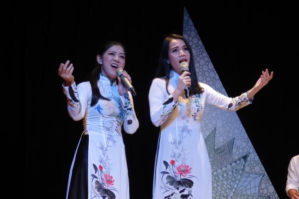 Hồng Trang tiếp tục nghiệp cầm ca