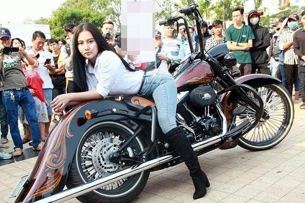 Hot girl Ngọc Phụng làm 'nóng' Đại hội Motor miền Tây