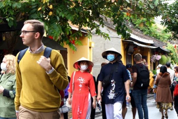 Du khách tham quan Hội An được phát khẩu trang miễn phí