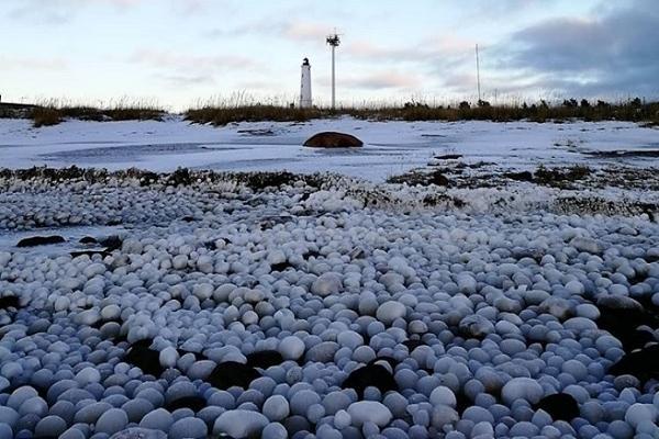 Những 'quả trứng băng' bao phủ bãi biển Phần Lan