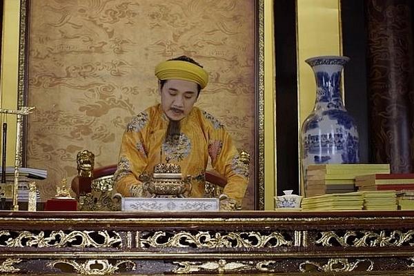 Thành Lộc làm Hoàng đế trong phim Phượng Khấu