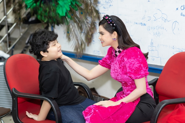 Trương Quỳnh Anh song hành cùng con trai trên sàn diễn