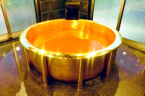 Háo hức với bồn tắm bằng vàng 18 carat