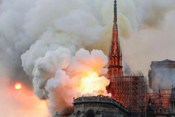 Hé lộ nguyên nhân cháy Nhà thờ Đức Bà Paris
