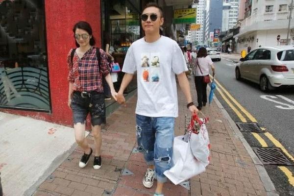Vợ chồng mỹ nhân Hồng Kông vui vẻ đi mua sắm sau scandal ngoại tình
