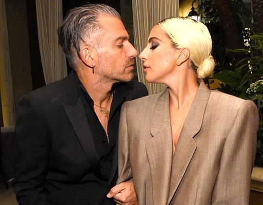 Lady Gaga đính hôn với bạn trai hơn 17 tuổi