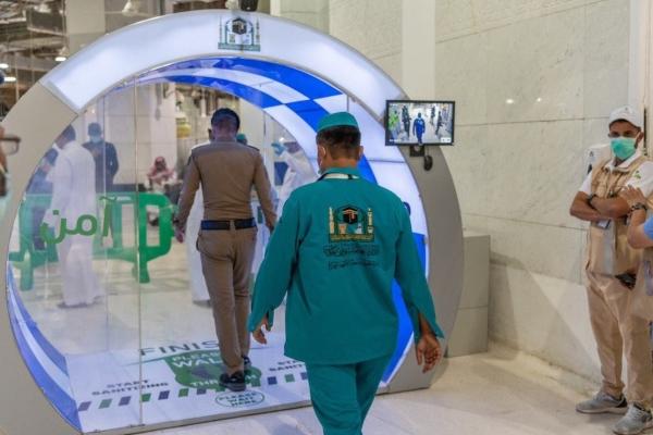 Nhà thờ Hồi giáo lắp cổng khử khuẩn để phòng Covid-19