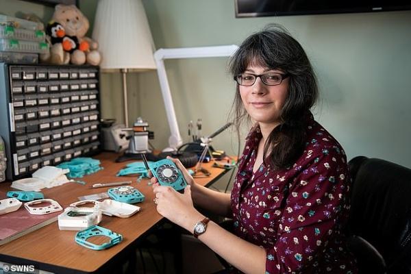 Nữ kỹ sư chế tạo điện thoại di động không thể... nhắn tin hay vào internet