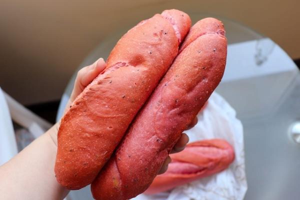 Phóng viên Mỹ xếp hàng mua bánh mì thanh long