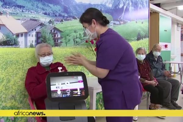 Robot hỗ trợ người già trong tâm dịch covid-19