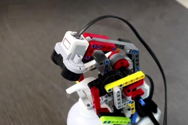 Chế tạo robot rửa tay từ… lego