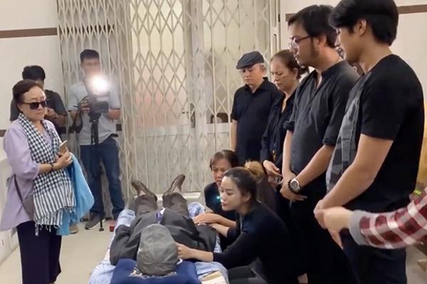Vợ cũ nghệ sĩ Lê Bình nghẹn ngào trong tang lễ