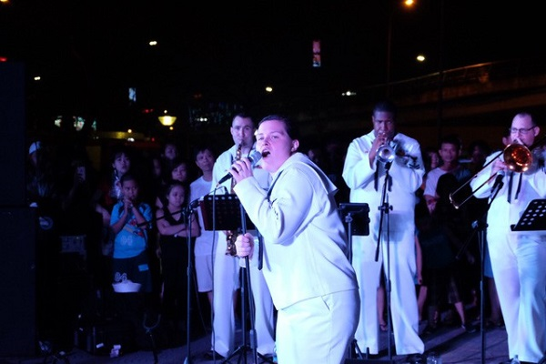 Hạm đội 7 Hải quân Mỹ hát 'Nối vòng tay lớn' ở Đà Nẵng