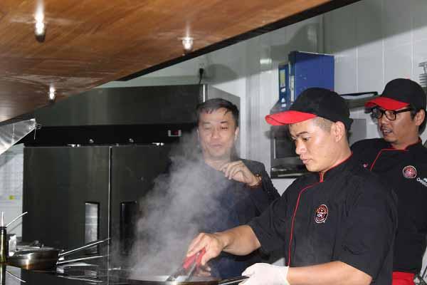 Xem đầu bếp làm món Ý tại nhà hàng PastaMania đầu tiên ở Việt Nam