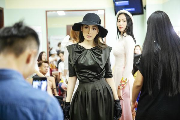 Lê Nhã Băng nữ tính trong hậu trường Duyên Dáng Việt Nam 30