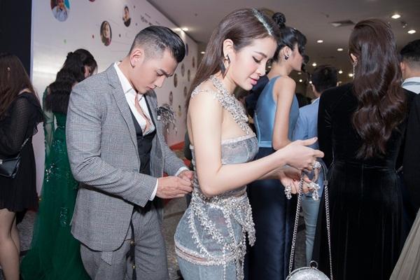 Lý Bình quỳ gối chỉnh sửa váy cho Phương Trinh Jolie trên thảm đỏ